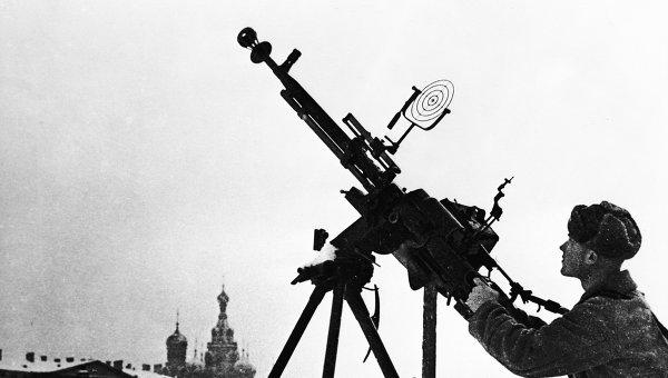 Солдат Красной Армии на огневой позиции в дни блокады Ленинграда