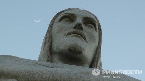 Статуя Христа, деталь. Луна.