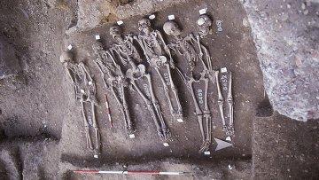 """Зубы и кости этих людей, погибших от чумы, помогли ученым собрать геном их """"киллера"""""""