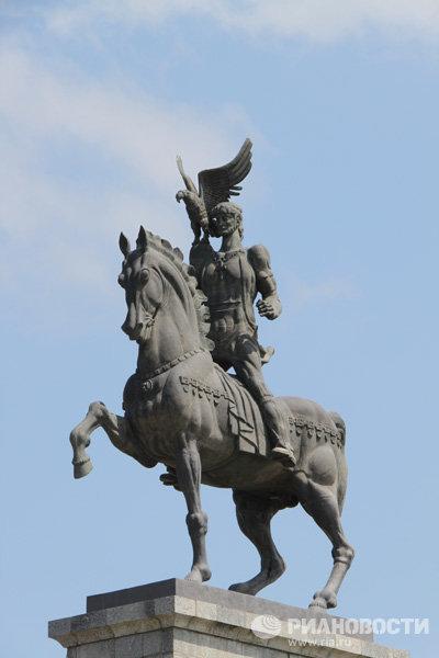 Памятник Цотнэ Дадиани в городе Поти