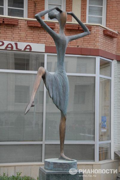 Памятник балерине в Грузии