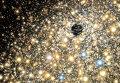 """Так художник представил себе сверхмассивную черную дыру в окружении """"гирлянды"""" звезд"""