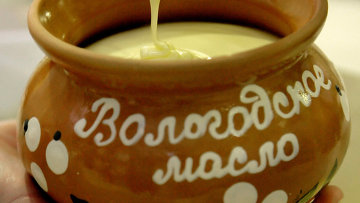 Производство сливочного масла на Вологодском молочном комбинате. Архивное фото