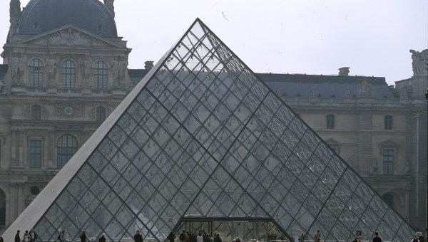 Внутренний дворик в Лувре. Архив