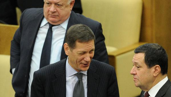 Депутаты Александр Жуков и Андрей Макаров (слева направо) на первом заседании Государственной Думы РФ шестого созыва