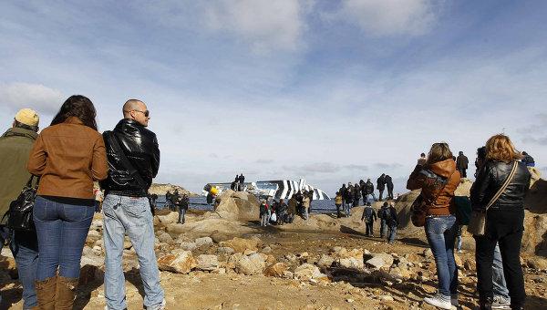 Люди возле затонувшего лайнера Costa Concordia