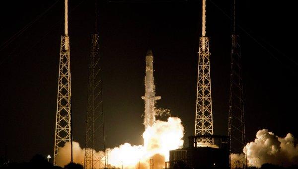 Ракета-носитель Falcon 9 с космическим кораблем Dragon стартовала с космодрома на мысе Канаверал в США