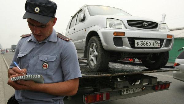 Эвакуация неправильно припаркованных автомобилей. Архивное фото
