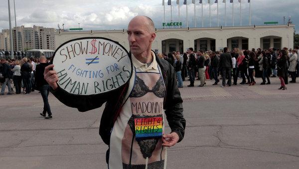 Акции и пикеты перед началом концерта Мадонны в Санкт-Петербурге