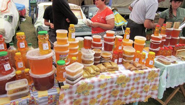 Продажа меда на ярмарке. Архивное фото