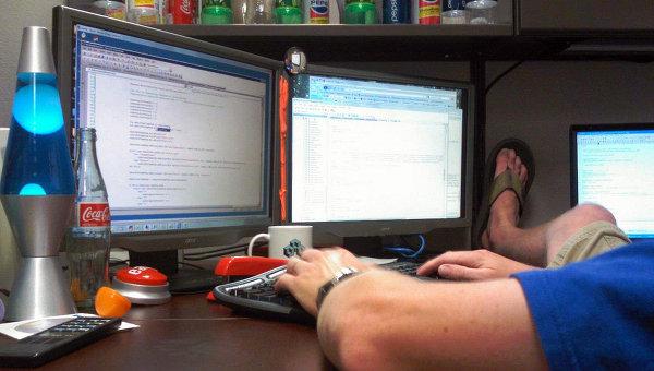 Программист за работой. Архивное фото