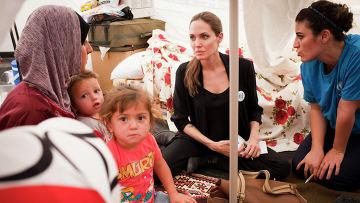 Анджелина Джоли встретилась с сирийскими бененцами в лагере на границе Турции и Сирии
