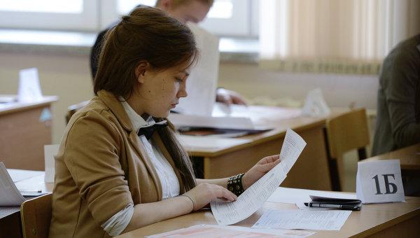 Ученики перед началом сдачи единого государственного экзамена. Архивное фото
