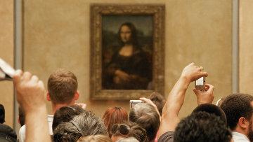 Картина Леонардо Да Винчи Портрет госпожи Лизы Джокондо (1503—1519) в крупнейшем музее мира, Лувре. Париж. Архивное фото