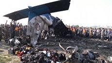 Обломки упавшего самолета тлеют и крошатся на части