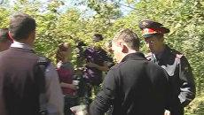 Оперативники обследуют городской сквер, где школьница найдена мертвой