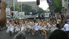 Невесты в свадебных платьях и кроссовках промчались по Белграду