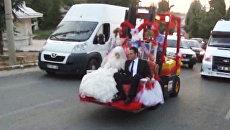 Жених и невеста едут на свадьбу на украшенном лентами грузоподъемнике