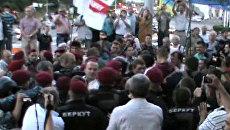 Оппозиционеры в Киеве подрались с бойцами Беркута из-за русского языка