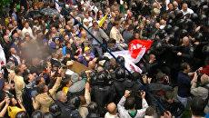 Противники закона о русском языке подрались с милицией у Верховной Рады
