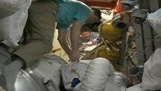 Экипаж Союза ТМА-04М перебирается из корабля на МКС. Съемки с орбиты
