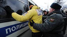 Сотрудники правоохранительных органов задерживают участника акции оппозиции на Пушкинской площади