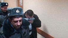 Подозреваемый в избиении подростка полицейский прятал лицо от камер