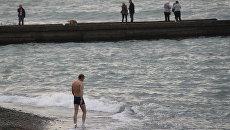 Курортники купаются на сочинских пляжах даже в январе