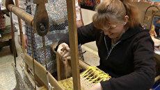 Посетители костромского музея ткут ковры на бабушкиных станках