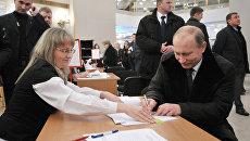 Владимир Путин голосует на избирательном участке. Архивное фото