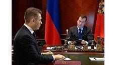 Астахов показал Медведеву на iPad, как защищают права детей в России