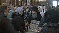 Люди идут в ХХС до отъезда святыни, частицы которой остаются в Москве