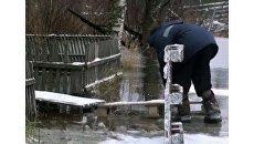 Жители Архангельска строят деревянные настилы, чтобы спастись от потопа