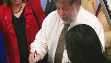 Соучредитель Apple Стив Возняк ставит автографы на ноутбуках
