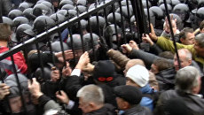 Бойцы Беркута оттеснили митингующих от здания парламента Украины