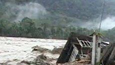 Сильнейшее наводнение смывает дома в Перу и Боливии