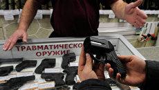 Работа магазина по продаже оружия. Архивное фото