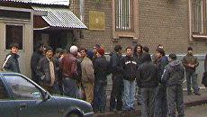 Сотни мигрантов сутками дежурят у посольства, чтобы уехать домой