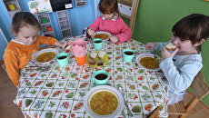 Малыши обедают. Архивное фото