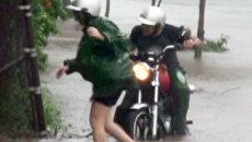 Люди с трудом передвигаются по затопленным улицам Гаваны