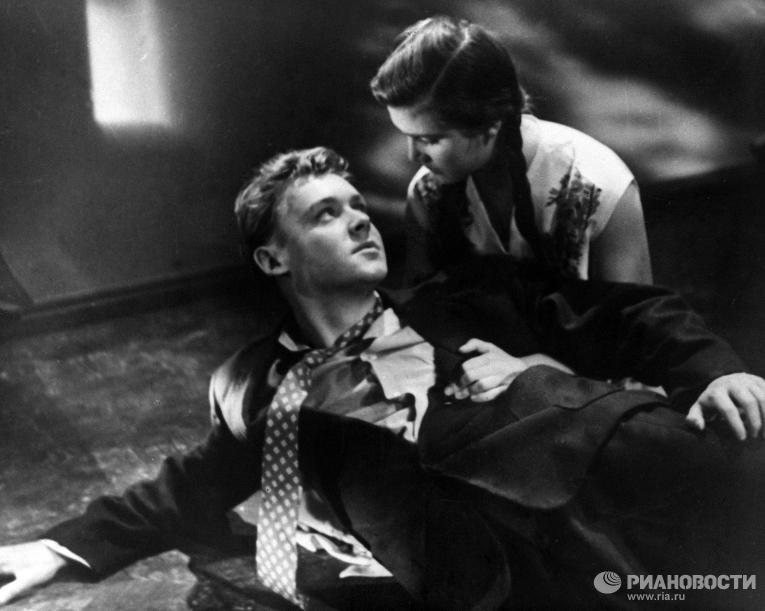 Актеры Д.Осмоловская и К.Столяров в кадре из фильма Повесть о первой любви
