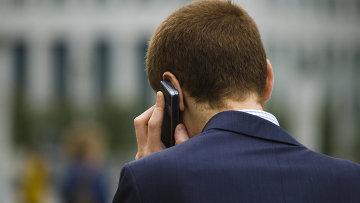 Человек разговаривает по телефону. Архивное фото