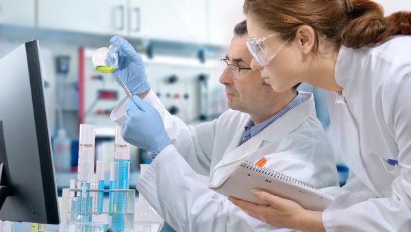Ученые работают в лаборатории. Архивное фото