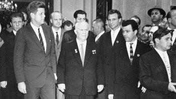 Хрущев и США Кеннеди в советском посольстве в Вене