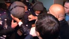 Оппозиционеры захватили и избили спецназовцев в избиркоме на Украине