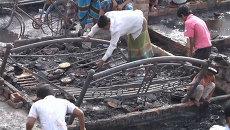 Жители сгоревших трущоб плачут и ищут уцелевшие вещи