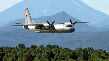 Военно-транспортный самолет Ан-26 в небе над Камчаткой. Архивное фото