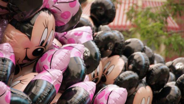 Воздушные шарики в форме Микки и Минни Маус. Архивное фото