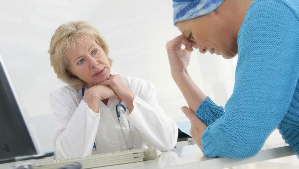 Женщина с онкологией на приеме у врача