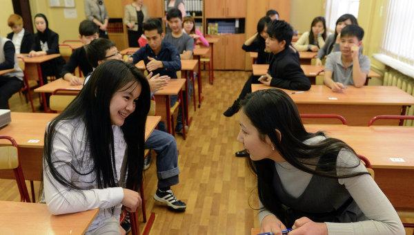 Учащиеся вечерней школы № 90 во время урока русского языка. Архивное фото